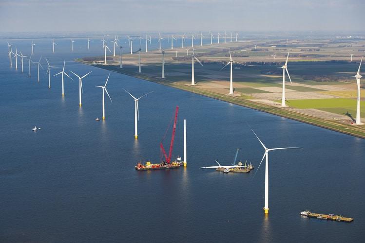 Westermeerwind naIjsselmeer tonajwiększa farma wiatrowa wHolandii. Nakażdej z48 turbin wiatrowych pracuje jeden żurawik pokładowy