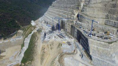 Żurawie Linden Comansa pracują w kanionie rzeki Cauca, przy budowie największej elektrowni wodnej w Kolumbii