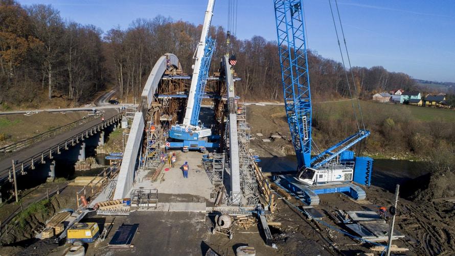 Żurawie gąsienicowy LR 1300 isamojezdny LTM 1160-5.1 budują most nadrzeką Białą wJankowej-Lipniczce