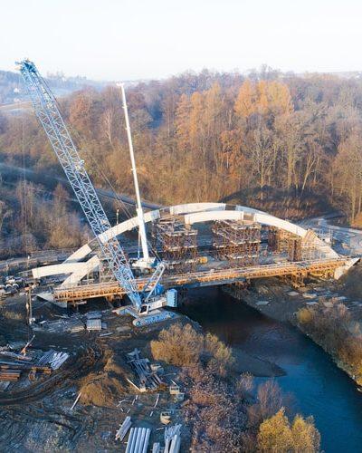 Żuraw gąsienicowy LR 1300 buduje most nad rzeką Białą