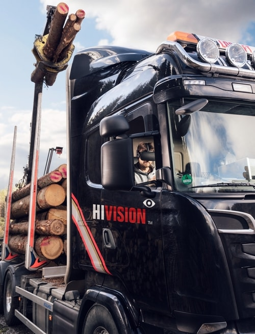 Operator widzi obszar roboczy iobsługuje żuraw zkabiny ciężarówki, zwykorzystaniem okularów VR.