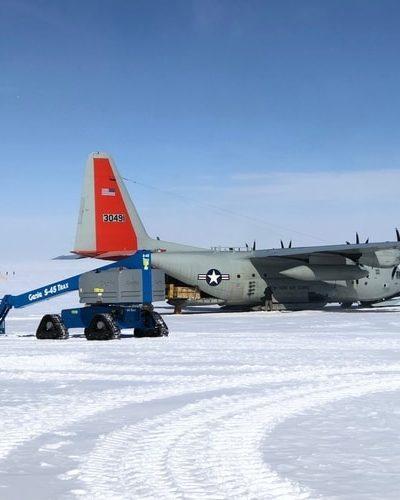 Podnośnik specjalny Genie S-45 TraX przystosowany do pracy w warunkach polarnych