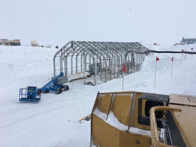 Podnośnik Genie S-45 TraX pracuje wstacji badawczej Summit naGrenlandii