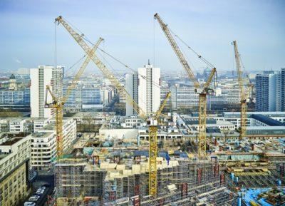Żurawie Liebherr na budowie siedziby Axel Springer