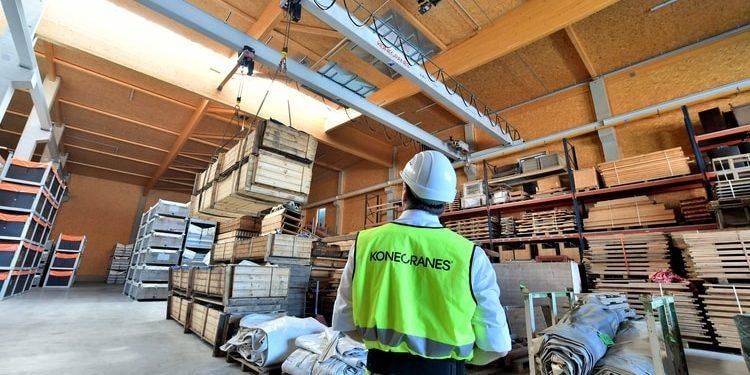 Suwnica dwudźwigarowa Konecranes z elektrycznymi wciągnikami łańcuchowymi podnosi w firmie Pletschacher ładunki do 5 ton