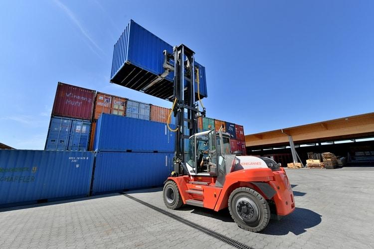 Wózek widłowy odużym udźwigu SMV 10-1200 C przenosi kontenery omasie do10 ton