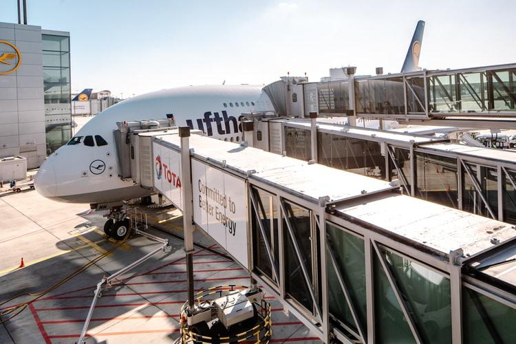 Pomosty PBB dla pasażerów wchodzących napokład samolotu