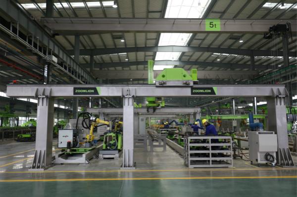 Wnętrze nowoczesnej fabryki żurawi ZOOMLION