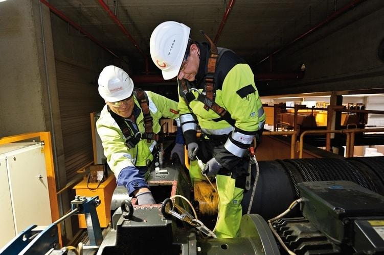 Dogłębna ocena stanu przekładni suwnicy: analiza oleju Konecranes pozwala identyfikować ślady zużycia części wpostaci cząstek rdzy lub metalu, adzięki temu zapobiegać nieplanowanym przestojom