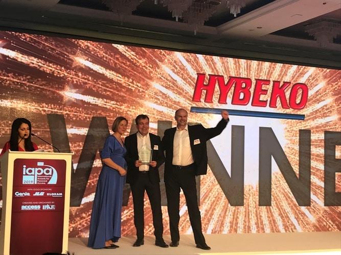 Przedstawiciele Hybeko podczas ceremonii rozdania nagród IAPA