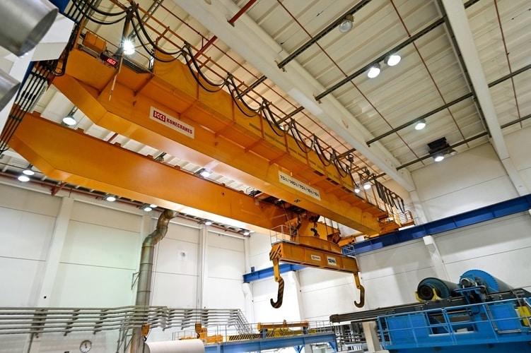 11 dwudźwigarowych suwnic pomostowych pracuje whali papierów dużych rozmiarów wcałkowicie zautomatyzowanym magazynie bel