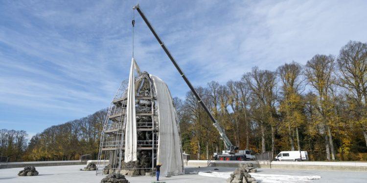 Długie plandeki nad konstrukcją rusztowania chronią fontanny przed śniegiem i deszczem w czasie zimy.