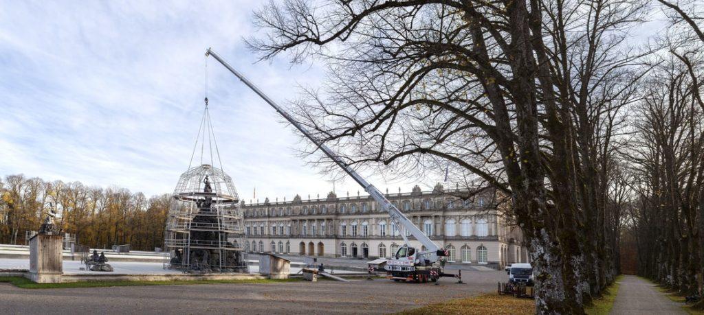 LTM 1060-3.1 umieszcza kopułę narusztowaniu nadjedną zdwóch dużych fontann przedimponującą fasadą pałacu Herrenchiemsee.
