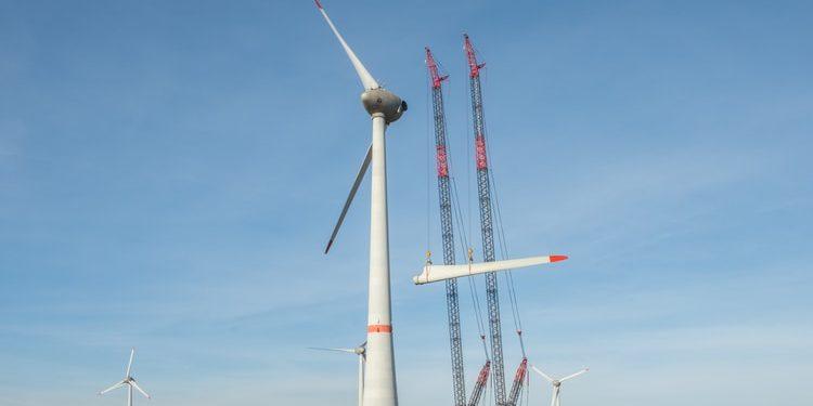 Żurawie gąsienicowe Demag CC 3800 podnoszą w tandemie śmigła turbiny wiatrowej