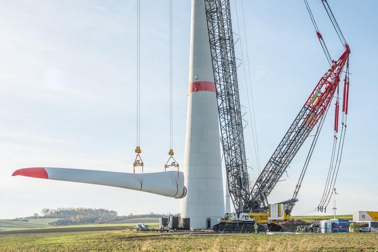 Żurawie gąsienicowe Demag CC 3800 podnoszą wtandemie śmigła turbiny wiatrowej